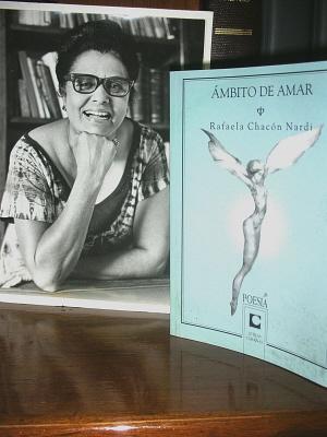 Rafaela Chacón Nardi - foto con libro 300 X 400